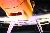 Nahaufnahme des Ölkühlers im unteren Haubenteil der Triebwerkverkleidung. Im Hintergrund, unter den Tragflächen, die beiden Wasserkühler.