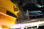 Luftansaugstutzen sowie linke Abgasanlage und Flügelvorderkante