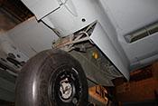 Die Vorrichtungen für den Ein- und Ausfahrvorgang des Fahrwerkes - Knickstreben, Kraftspeicher und Arbeitszylinder im Fahrwerkschacht