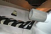 Rückstoßanlage des linken Triebwerks und Luftansaugöffnung an der Tragflächenvorderkante