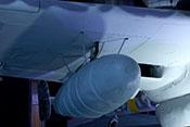 Abwerfbarer 300-Liter-Zusatztank unter der rechten Tragfläche