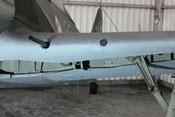 Flügelvorderkante mit der Mündung einer Kanone, dem Glasfenster der BSK 16 und der Knickstrebe des Fahrgestells
