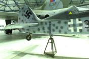 Aufgebocktes Heck der Fw 190 mit Haken- und Balkenkreuz