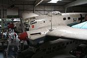 Blick über das Triebwerk der linken Tragfläche auf die Cockpitkanzel und den B-Stand