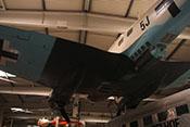 Rumpfunterseite des Bombers mit dem C-Stand in der Bodenwanne von links gesehen