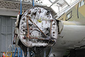Rechter Motorträger und diverse Leitungen und Schläuche für den Triebwerksanschluss
