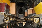 Sitzbänke für 5 Personen auf den Fussbodenholmen im Funkerschützenraum der für den Fallschirmjäger-Einsatz eingerichteten Heinkel He 111 H-20