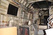 Linke Rumpfinnenseite mit dem normalen Kabinenfenster und den leeren Halterungen für die ehemals umfangreiche Funkausstattung