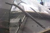 Abstützstreben der Panzerscheibe unter dem vorderen Windschutzaufbau