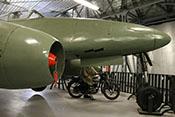 Strahltriebwerk Jumo 004 und Rumpfspitze der Me 262 A-1a