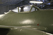 Rückenpanzerung des Flugzeugführers und Cockpit-Windschutzaufbau über dem 24V-Außenbordanschluss des elektrischen Bordnetzes