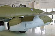 Ausgefahrene äußere Landeklappe vor dem rechten Triebwerk der Me 262