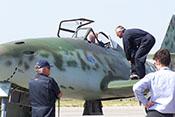 Chef-Testpilot Wolfgang Schirdewahn und Techniker der Messerschmitt-Stiftung gemeinsam mit 'ihrer' Me 262 B-1a