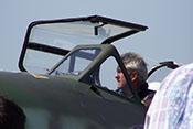 Chef-Testpilot Wolfgang Schirdewahn hinter dem vorderen Windschutzaufbau im Cockpit der Messerschmitt Me 262 B-1a