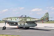 Die Messerschmitt Me 262 B-1a 'Schwalbe' im Sonnenschein auf dem Vorfeld