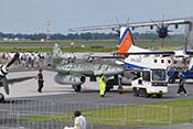 Im Schleppverfahren gelangt die Me 262 wieder in ihre Parkposition