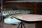 Blick auf das Querruder mit der zugehörigen Flettnerklappe sowie der ausgefahrenen äußeren Landeklappe