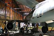 Ansicht der Me 262 B-1a im historischen Hangar des Luftfahrtmuseums in Prag-Kbely