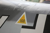 Kraftstoffdeckel im linken Rumpfteil 3 mit 100-Oktan-Dreieck