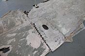 Bedienungsklappe der Flächenwaffe auf der Oberseite der rechten Tragfläche