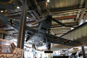 Blick von vorne auf die Triebwerksverkleidung mit dem im unteren Haubenteil verbauten Ölkühler