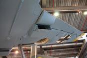 Geöffneter Wasserkühler und eingefahrene Landeklappe des rechten Flügels
