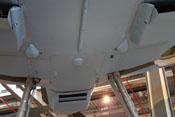 Rumpfboden mit den tropfenförmigen Abdeckungen der Flügelbefestigungspunkte nahe der Wasserkühler