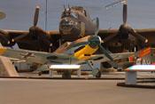 Größenvergleich zwischen einem britischen Lancaster-Bomber und der Messerschmitt Bf 109 F-4