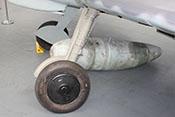 300-Liter-Abwurftank zwischen den Federbeinen des Hauptfahrwerks