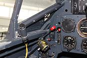 Öffnung zur Belüftung hinter der äußeren Lufthutze und roter Hebel für den Notabwurf der Cockpithaube