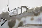 Ausschußöffnung für die Leuchtpistole unter dem vorderen Windschutzaufbau der Bf 109 und Kiemenklappe zur Belüftung an der Cockpitseitenwand