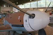 Propeller und weißer Spinner mit Mündung der 20-mm-Motorkanone