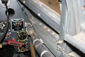 Sichtfenster in der Treibstoffleitung an der rechten Bordwand des Cockpits