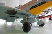 Hauptfahrwerk mit Fahrwerkschacht, Öl- und Wasserkühler sowie Abwurftank unter dem Flugzeugrumpf