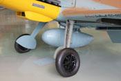 Abwerfbarer 300-Liter-Zusatztank zwischen dem Fahrwerk der Bf 109
