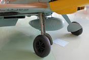 Externer Zusatztank zwischen den Federbeinen des Fahrwerkes mit ihren aerodynamisch sinnvollen Abdeckungen