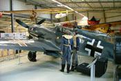 Messerschmitt Bf 109 G-2, zwei Flugzeugführer und ein 400-Liter-Treibstofftank