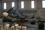 JG4-Mitglieder beim Probesitzen im Cockpit