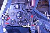 Instrumentenbrett und Cockpitbeleuchtung am rechten Bildrand