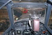 Blick durch das Revi und die vordere Panzerglasscheibe auf die obere Triebwerkabdeckung
