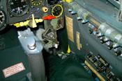 Gelber Brandhahn (Treibstoffzufuhr) und Reststandwarnlampe unter dem Instrumentenbrett
