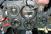 Die vier Hauptinstrumente: Führertochterkompass, Wendehorizont, Höhenmesser und fahrtmesser