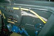 Treibstoffleitung (gelb) mit Überwachungsfenster über dem Sicherungskasten