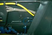 Treibstoffleitung (gelb), Elektrokabel (silbergrau) und Sauerstoffleitungen (blau) an der rechten Bordwand des Cockpits