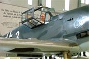 Vorderer Windschutzaufbau und geöffnete Cockpithaube