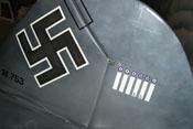 Detailansicht des Seitenleitwerkes und Seitenruders mit Hakenkreuz und Abschussbalken für sechs Luftsiege