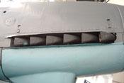 Auspuffrohre der Abgasanlage des rechten Haubenträgers