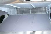 Rückseitige Ansicht des rechten Kühlstoffkühlers sowie der oberen und unteren Kühlerklappe