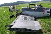 Abgerissener Randbogen und verbogener Vorflügel an der linken Tragfläche nach einem Landeunfall am 15. Juli 2005