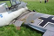 Zerstörte Landklappe und beschädigte Beplankung auf der rechten Rumpfseite